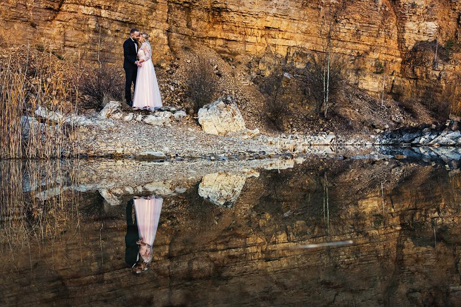 Jesienna sesja poślubna w kamieniołomie.